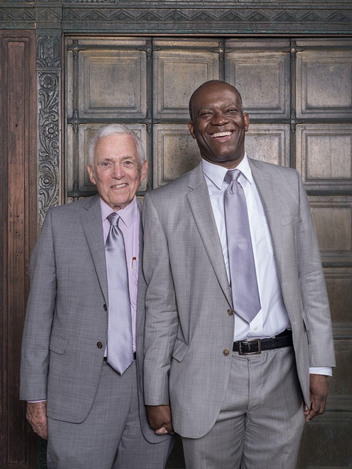 Robin Kennedy (izquierda) y Carl Sylvestre (izquierda) fueron pareja durante casi 23 años antes de casarse. ...