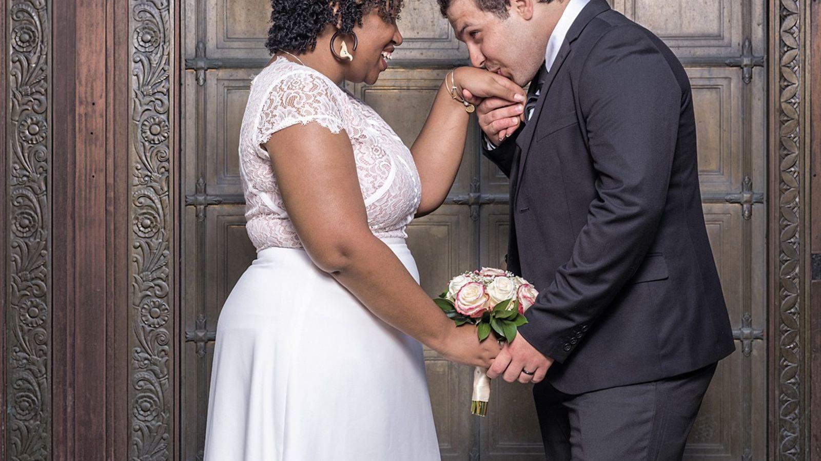 Halil Binici besa la mano de su novia, Jade Calliste-Edgar, después de su boda el 6 ...