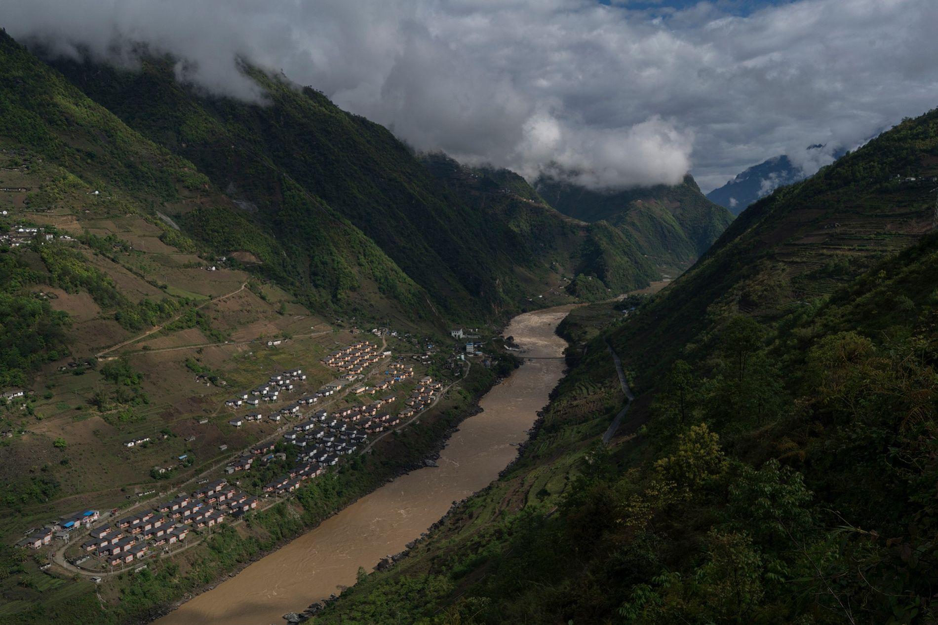 La aldea Mian Gu sobre el río Nu en China es un proyecto de viviendas del ...