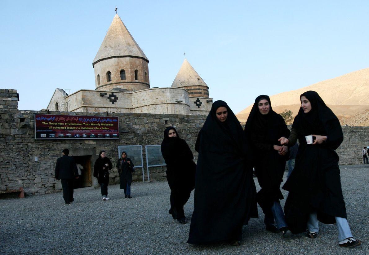 Mujeres musulmanas iraníes visitan el sitio del patrimonio mundial de la UNESCO Qara Kelisa (Iglesia Negra) ...