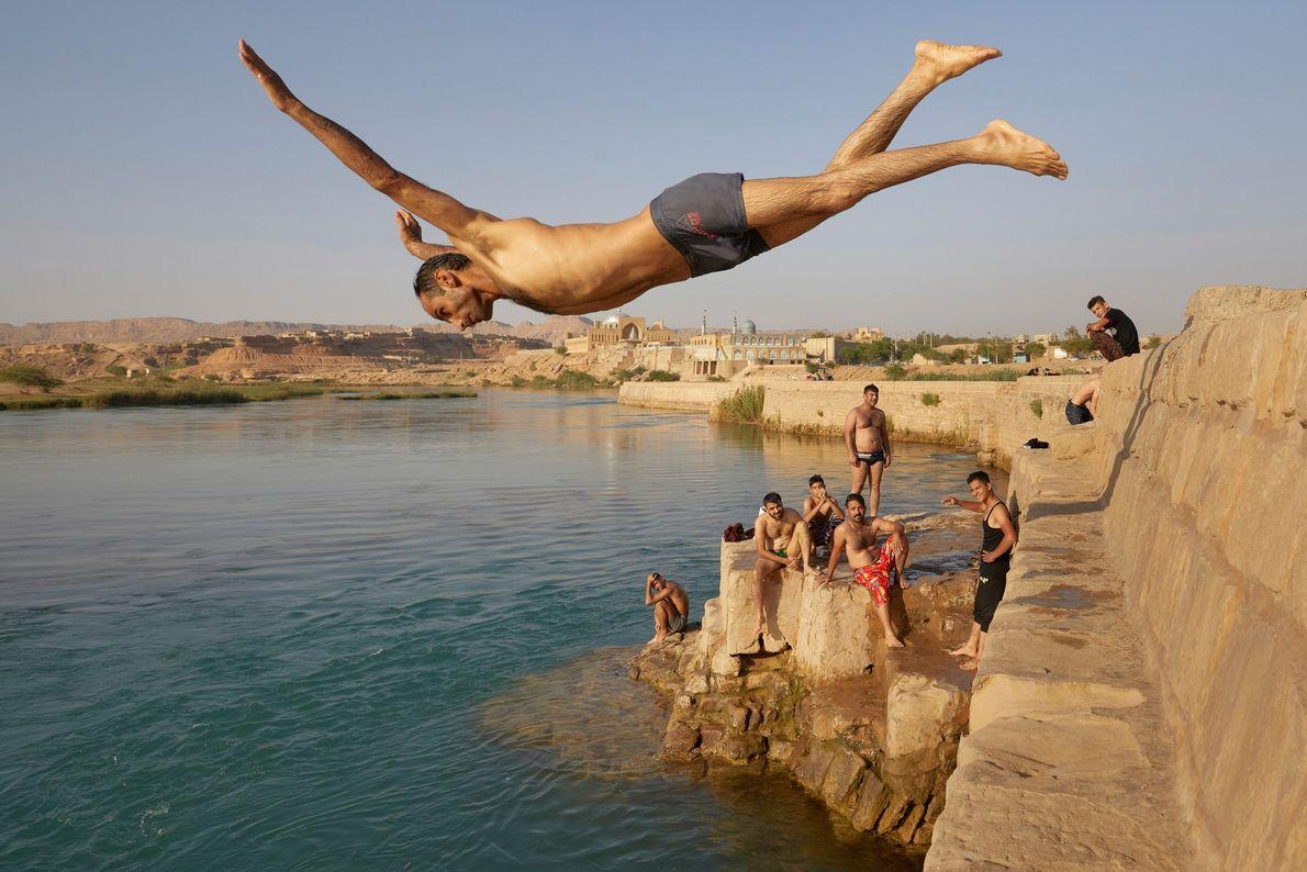 Un hombre salta al río Karun en la ciudad iraní de Shustar. En 2009, la UNESCO ...