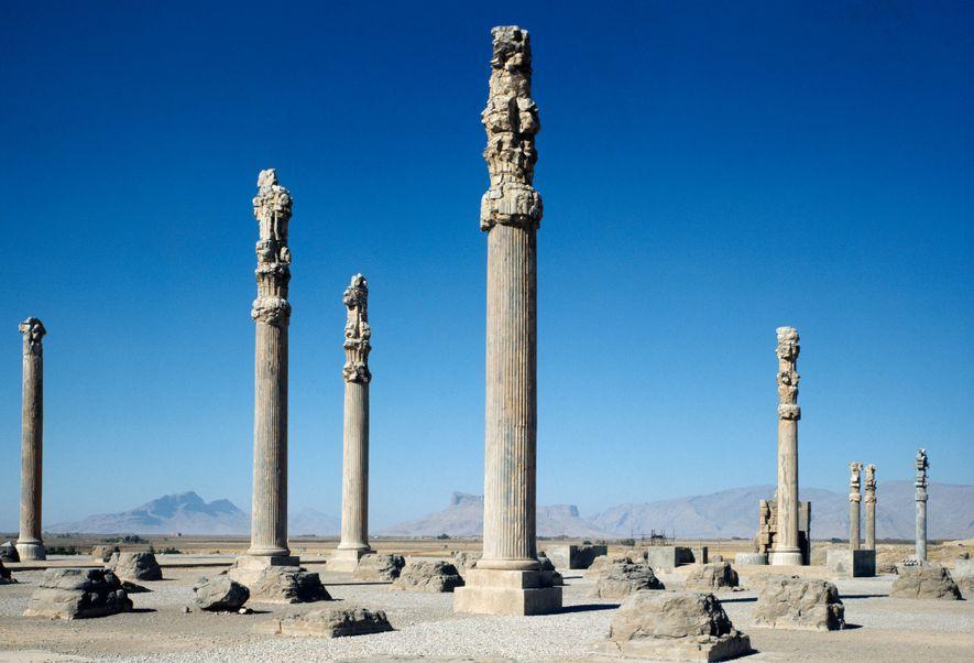 Las columnas de un palacio real de 2.500 años de antigüedad en el sitio de Persépolis, ...