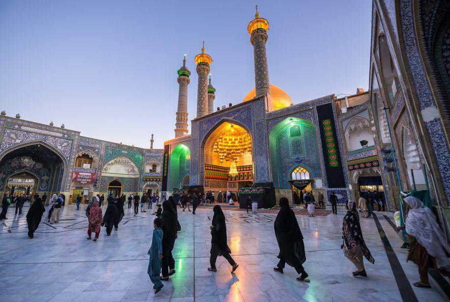 Los fieles se reúnen en el patio del Santuario de Fatima al-Masumeh en la ciudad de ...