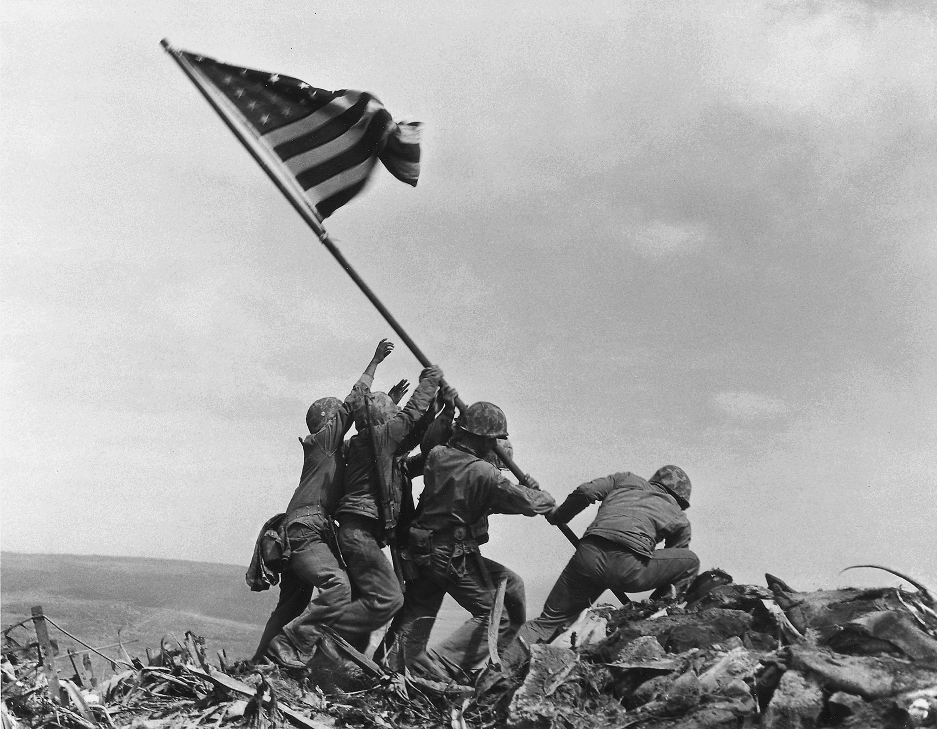 Después de cinco días de feroces combates, los marinos estadounidenses alzan la bandera estadounidense sobre el ...