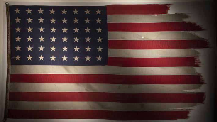 En honor al aniversario número 75 de la batalla de Iwo Jima, la bandera famosa por ...