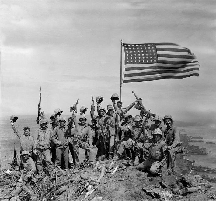 Después de tomar la foto sin levantar la bandera en lo alto del monte Suribachi, Rosenthal ...
