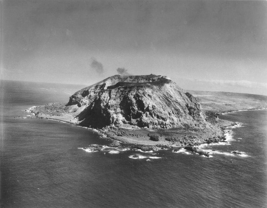 Dominada por el monte Suribachi de 169 metros, la isla de Iwo Jima era un importante ...