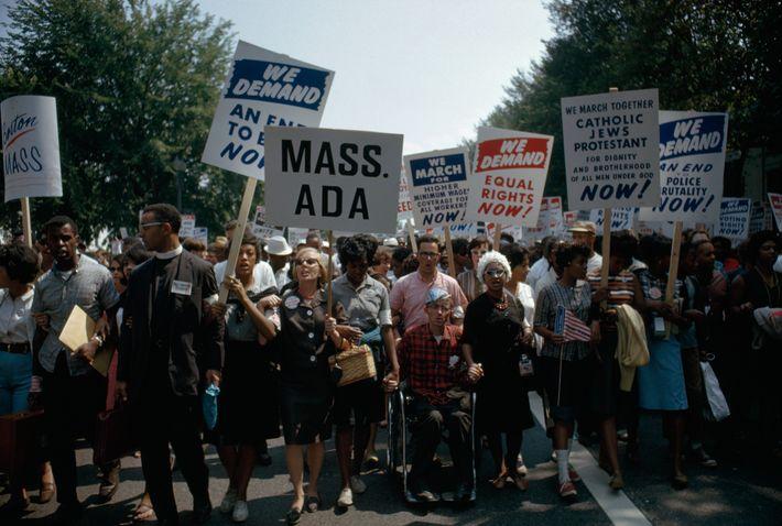 Los manifestantes apoyaron una variedad de temas que aún resuenan hoy, incluido un salario mínimo más ...