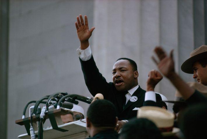 """Martin Luther King, Jr., levanta el brazo hacia el final de su icónico discurso """"Tengo un ..."""