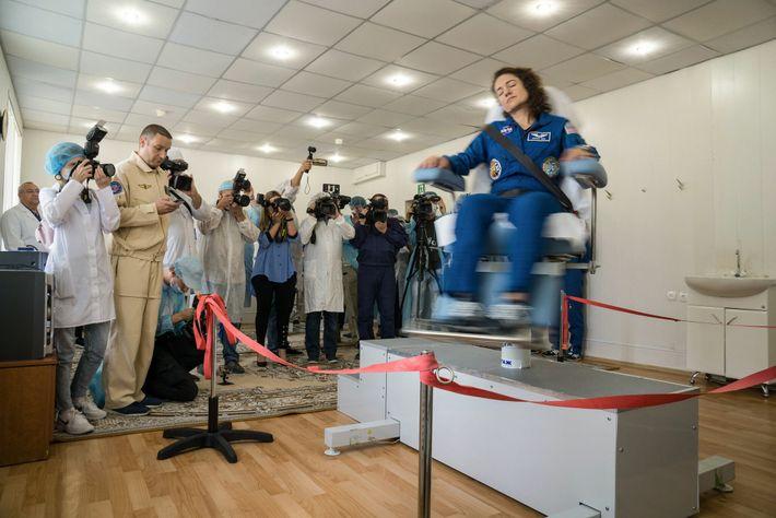 El sistema vestibular de la astronauta de la NASA Jessica Meir es puesto a prueba mediante ...
