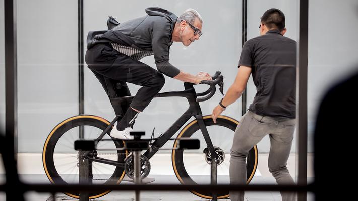 Las bicicletas son uno de los tantos temas queGoldblumexplora en su nuevo programa.