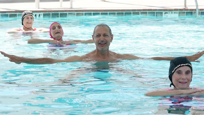 Goldblumexplora la historia detrás del amor por las piscinas de natación.