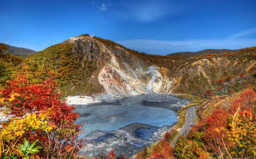 Un colorido follaje rodea al Lago Oyunuma en Jigoku-Dani, Noboribetsu, Japón. Las fuentes termales son una ...