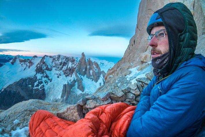 Reynolds disfruta del espectáculo del cielo mientras se encontraba en lo alto de Aguja Poincenot en ...