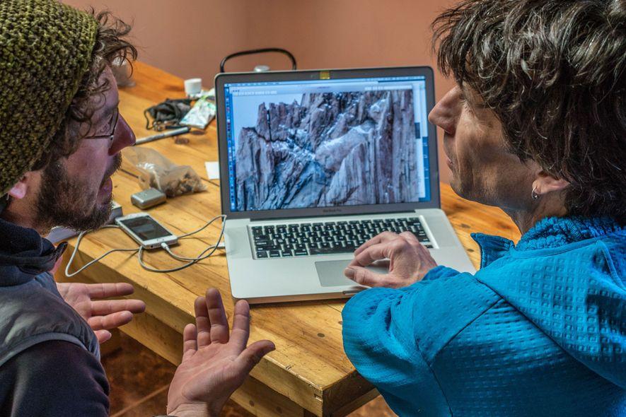 Reynolds (izquierda) y el experto en escalada en la Patagonia y autor Rolo Garibotti examinan la ...