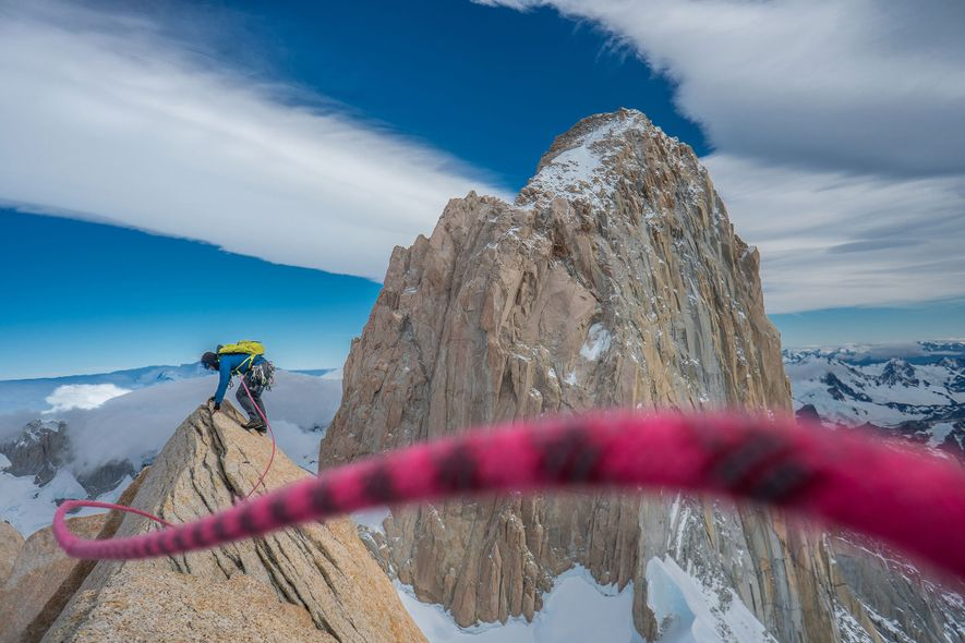 Reynolds siente el viento en la cima de Aguja Poincenoit con el icónico Fitz Roy al ...