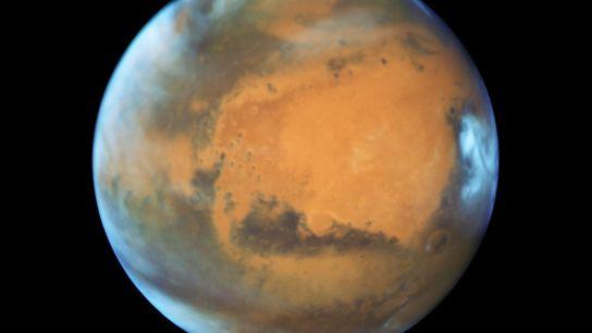 Los rasgos superficiales de Marte revelados en esta imagen del telescopio espacial Hubble sacada durante una ...