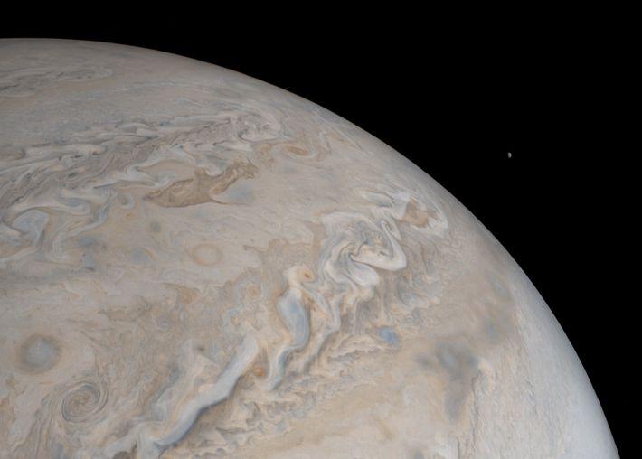La luna Io se eleva sobre Júpiter en esta imagen de la nave espacial Juno de ...