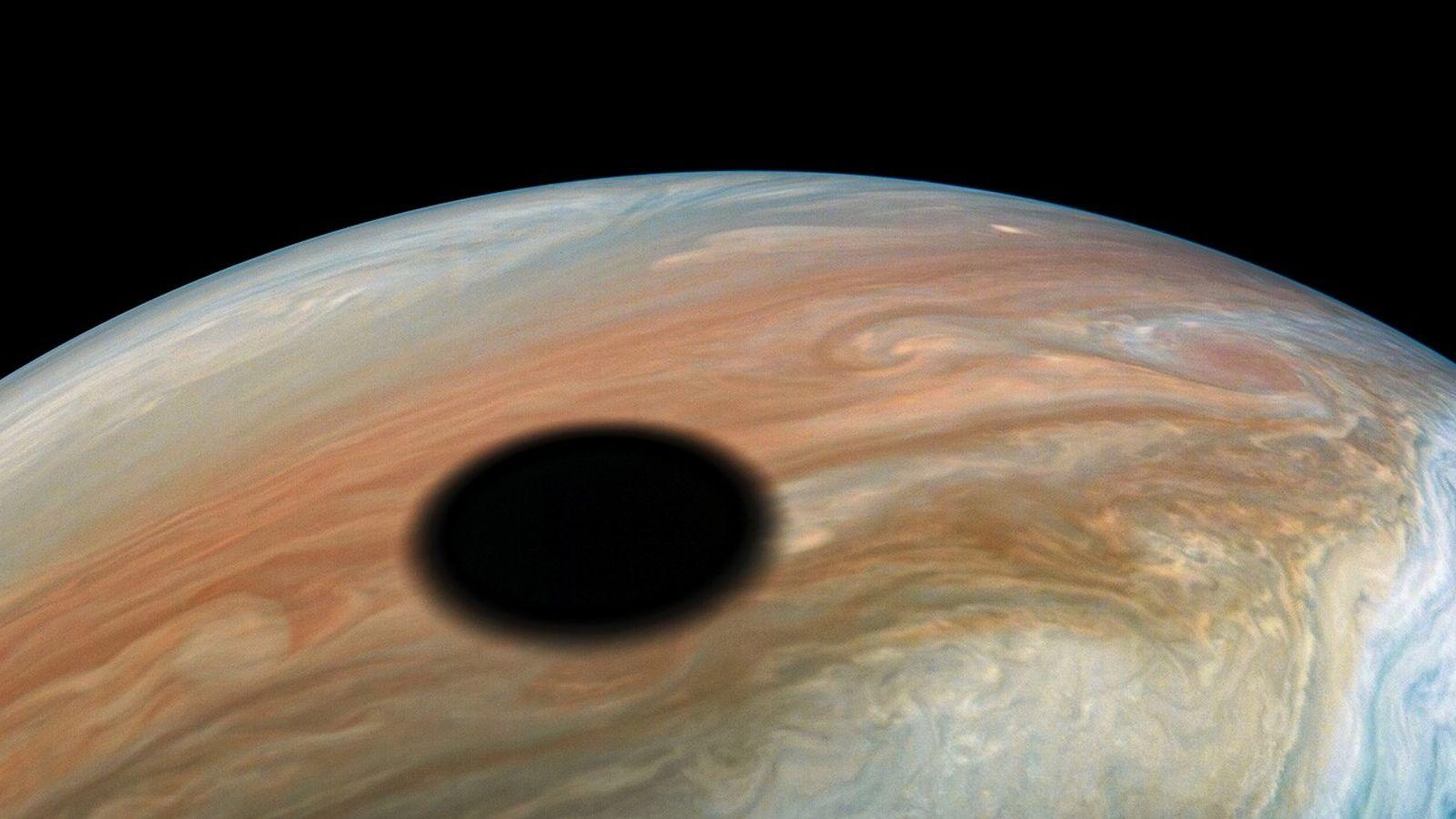 Io, la luna de Júpiter, un mundo volcánico que orbita el planeta una vez cada 42 ...