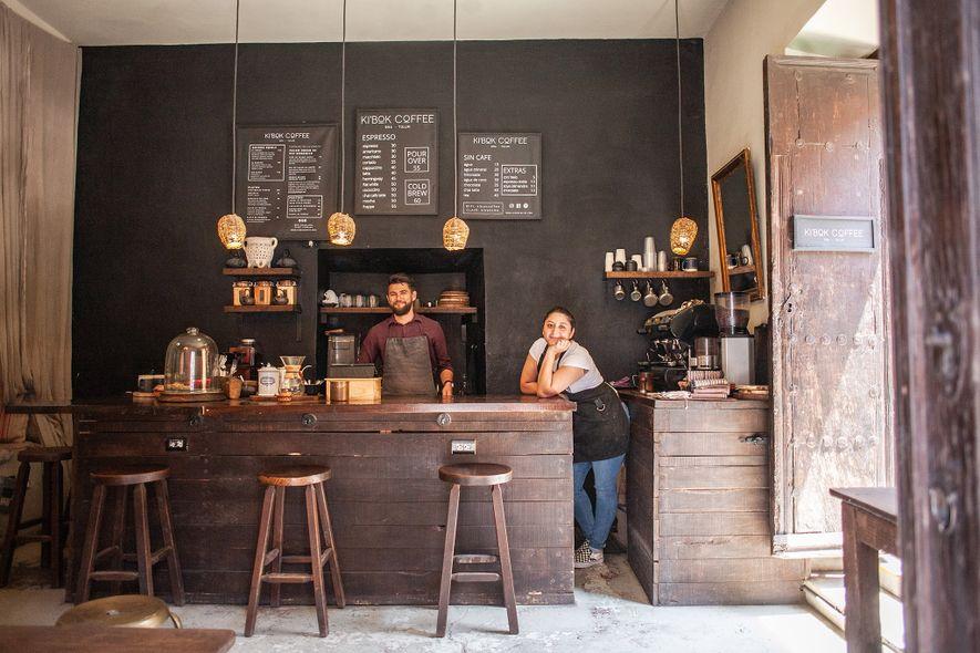 Los baristas sonríen en el café Ki'Bok, San Miguel de Allende. El Ki'Bok de San Miguel es en realidad el segundo en México; El propietario Joel Cunningham, junto con sus hermanas y padres, abrió el primer café en Tulum hace cinco años.
