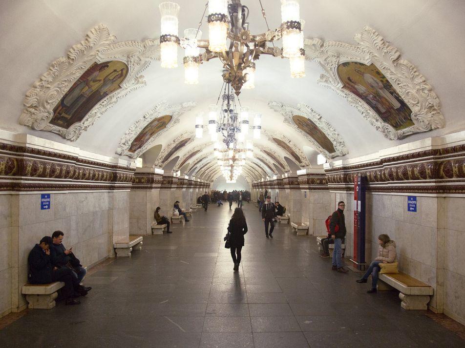 Recorre las elegantes estaciones de subte de Moscú