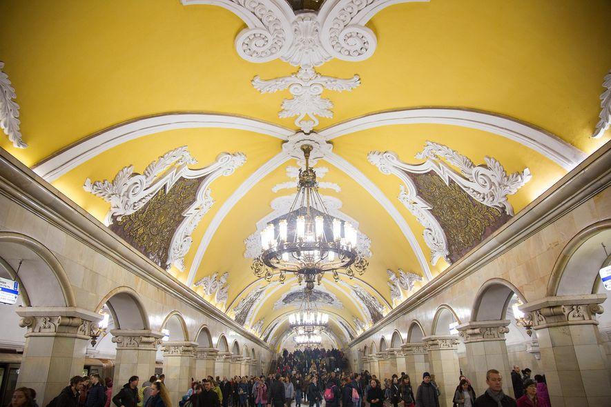 ESTACIÓN DE METRO KOMSOMOLSKAYA - Cautivantes columnas de mármol, 68 en total, se iluminan con candelabros ...