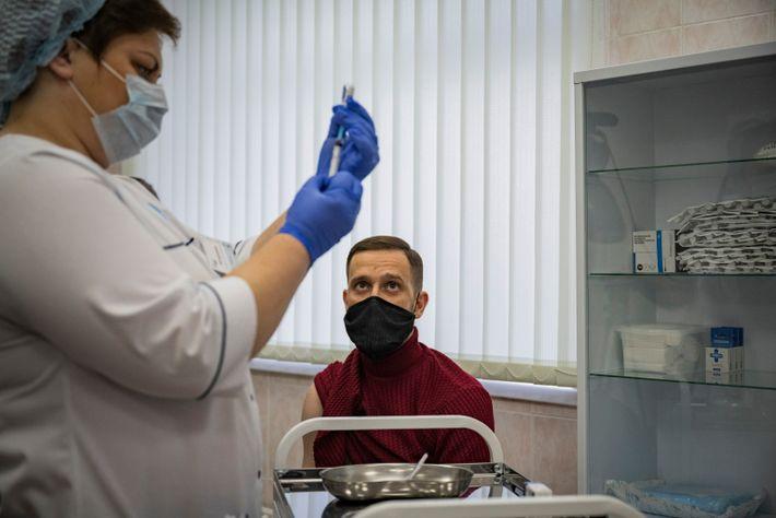 Un médico ruso recibe la vacuna Sputnik V en una clínica en Moscú en diciembre de ...