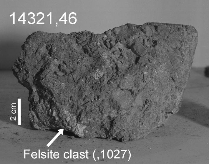 Una flecha marca la parte de color claro, o clasto, de 14321 que los investigadores creen ...