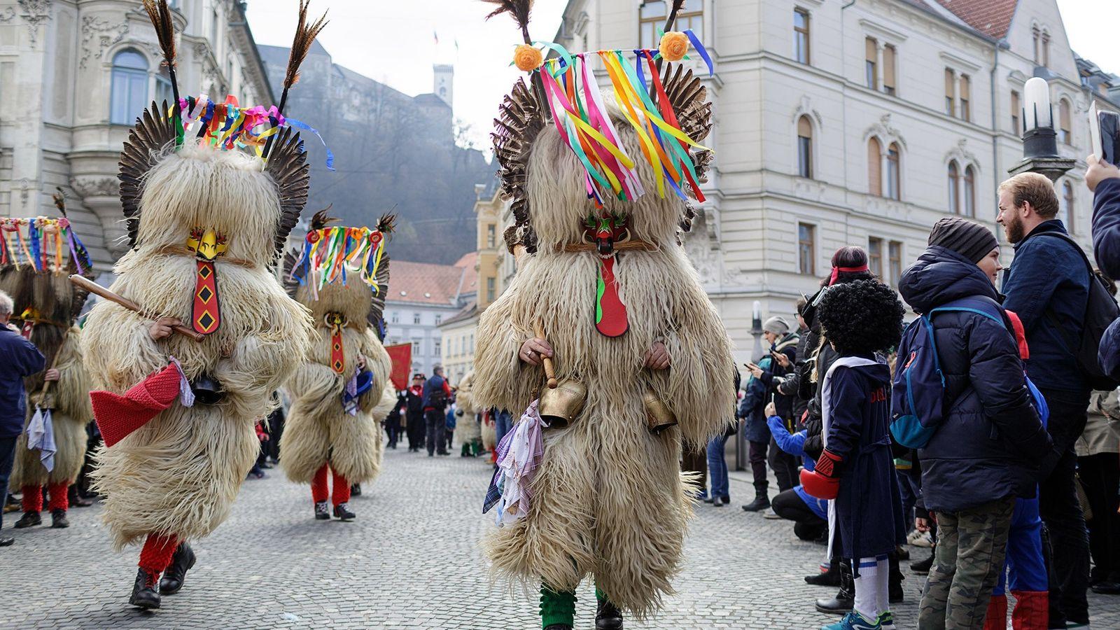 Durante el Kurentovanje (carnaval) en Eslovenia, los asistentes del festival se visten con trajes de piel ...