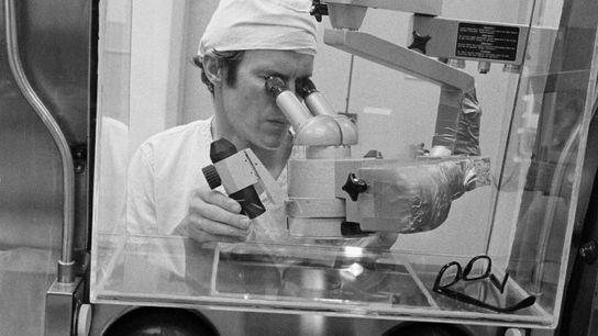 El Dr. Daniel H. Anderson, tecnólogo aeroespacial y director de pruebas en el Laboratorio de Procesamiento ...