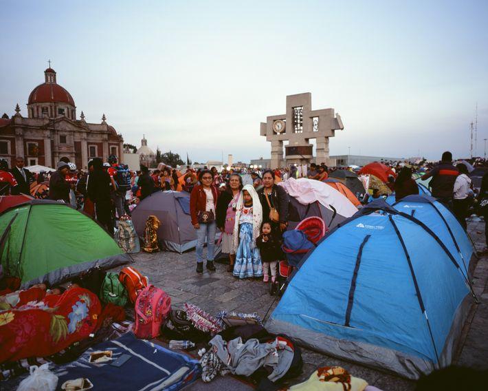 La familia Ruiz de Oaxaca en su tienda de acampar, la noche anterior al día de ...