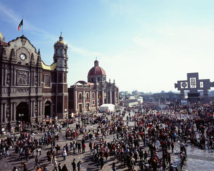 Durante los días previos a la fiesta de la virgen, la plaza de Nuestra Señora de ...