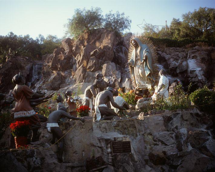 Las estatuas representan la aparición de la Virgen María ante un hombre llamado Juan Diego hace ...