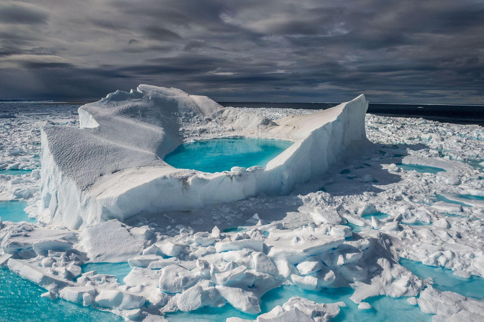 En la costa norte de la isla Baffin, Canadá, un sol de junio transforma la nieve ...