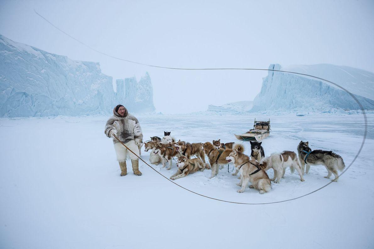 Con los pantalones de piel de oso polar, Naimanngitsoq Kristiansen, un Inuit de Qaanaaq en el ...