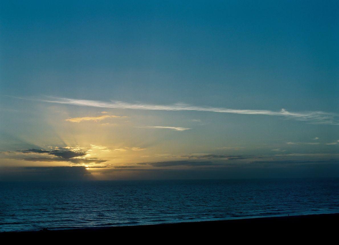 El sol sale expectante sobre Cocoa Beach, Florida, el 19 de enero de 2006, horas antes ...