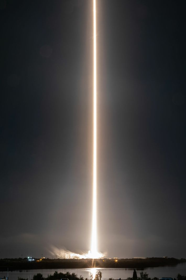 Un cohete Falcon 9 que transporta la misión Crew-1 despega de la plataforma de lanzamiento del ...