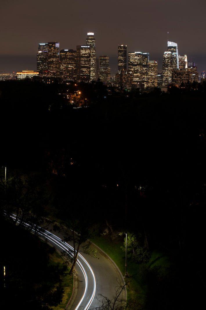 El brillo artificial del cielo causado por la contaminación lumínica es especialmente intenso en grandes áreas ...