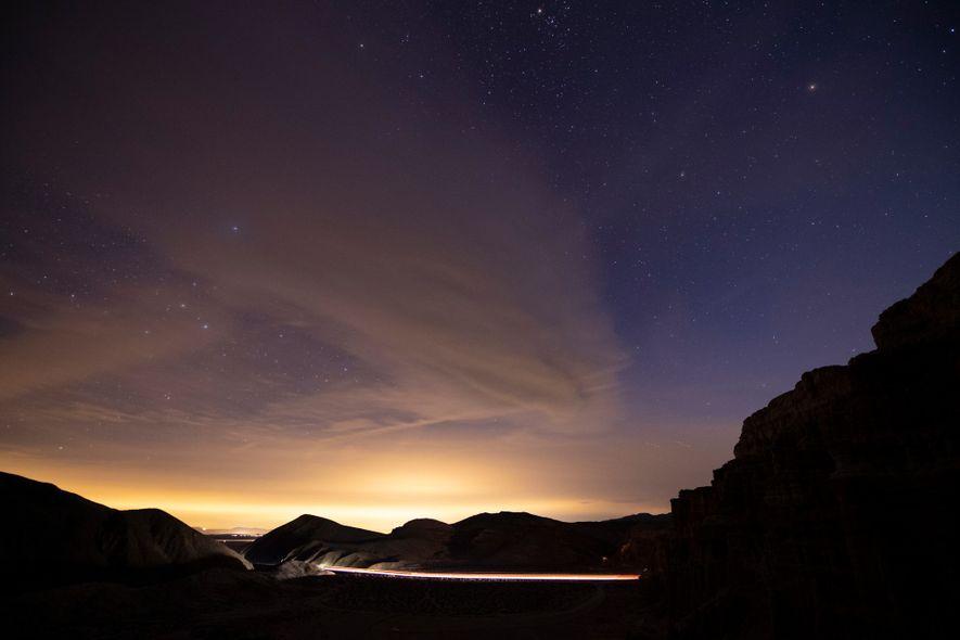 Eso no es un amanecer: las luces nocturnas de Los Ángeles son visibles desde un camino ...