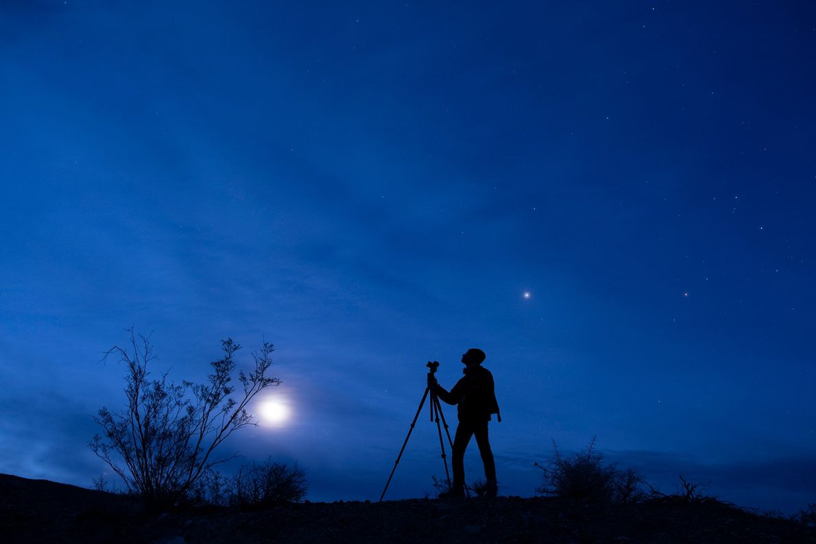 El astrofotógrafo Oshin Zakarian disfruta de una vista de Venus, Júpiter y de nuestra luna en ...