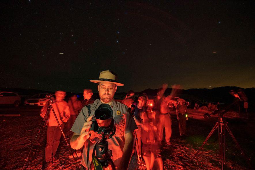 El guardabosques y jefe de educación Patrick Taylor dirige una sesión de fotografía nocturna en el ...