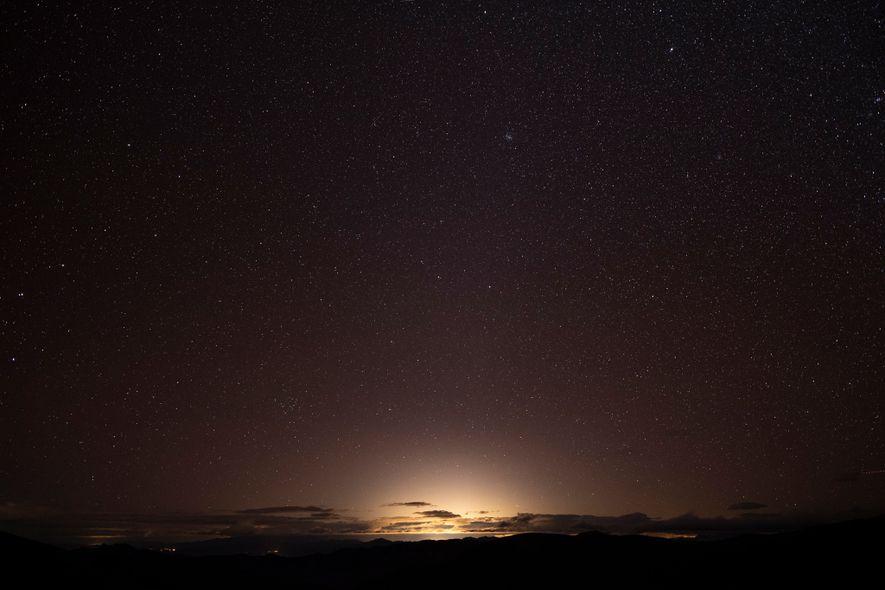 Un rico tapiz de estrellas se desvanece en el resplandor de Las Vegas, que es fácilmente ...