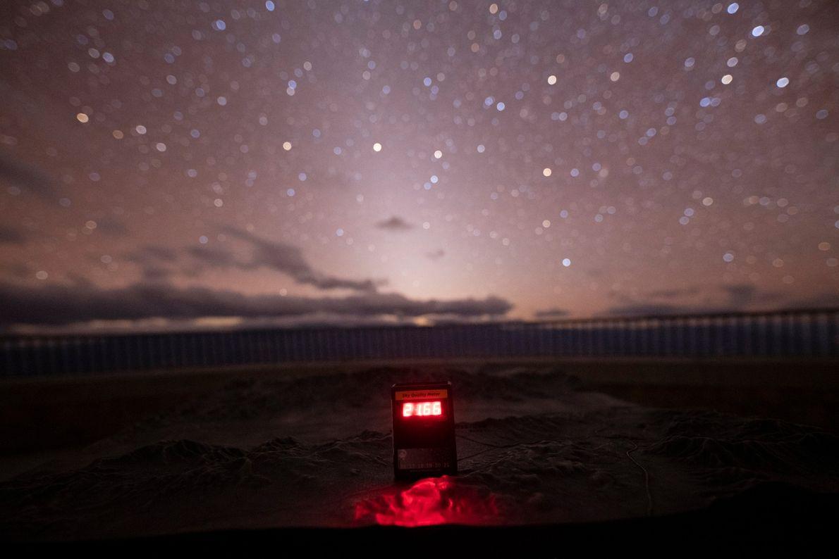 Un medidor de calidad del cielo en el valle de la muerte lee el brillo del ...