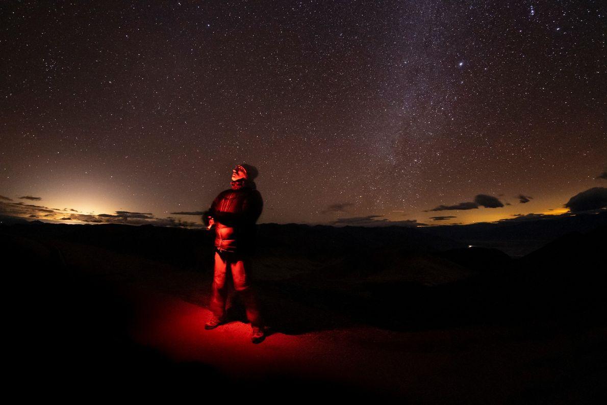 El fotógrafo Babak Tafreshi se encuentra debajo del cielo lleno de estrellas del Valle de la ...
