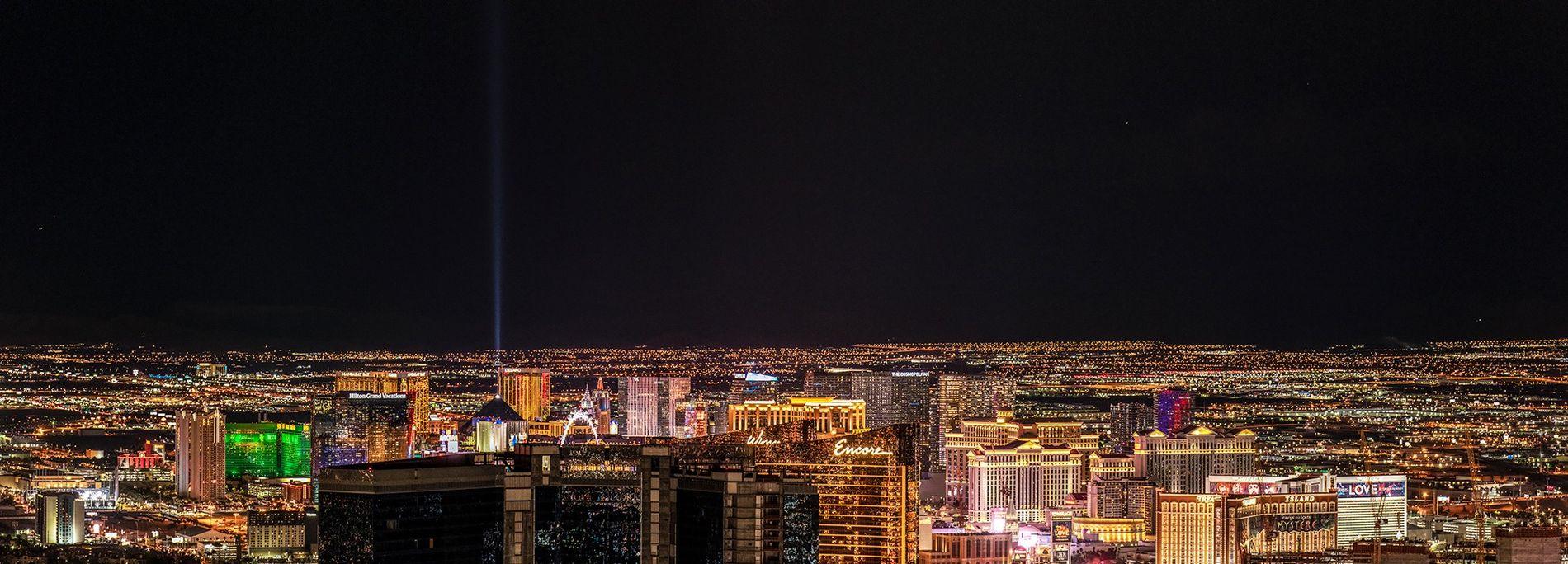 La ciudad de Las Vegas arroja una enorme cantidad de luz a su entorno, convirtiendo el ...
