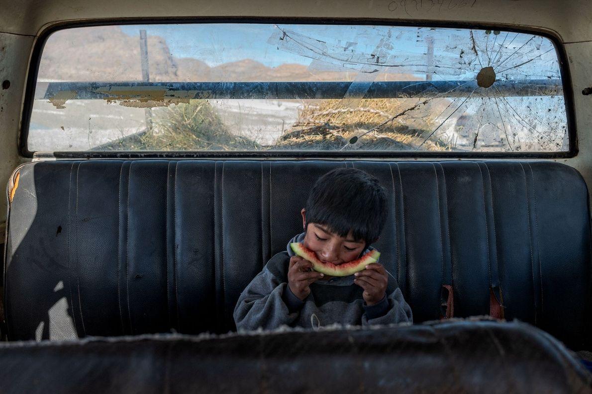 Angelo Martín Flores Chambi descansa y come en la furgoneta Chevrolet de su familia mientras sus ...