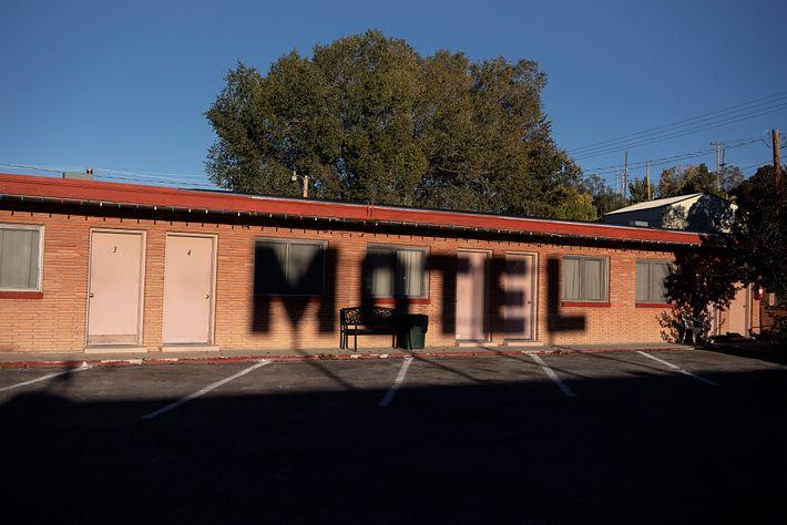 Las sombras se proyectan sobre el Deser-est Motor Lodge en Ely, Nevada. Antes de conocerse como ...