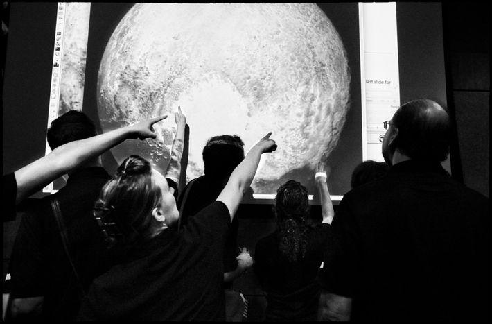 El equipo de New Horizons estudia detenidamente la imagen final de Plutón en la nave espacial ...