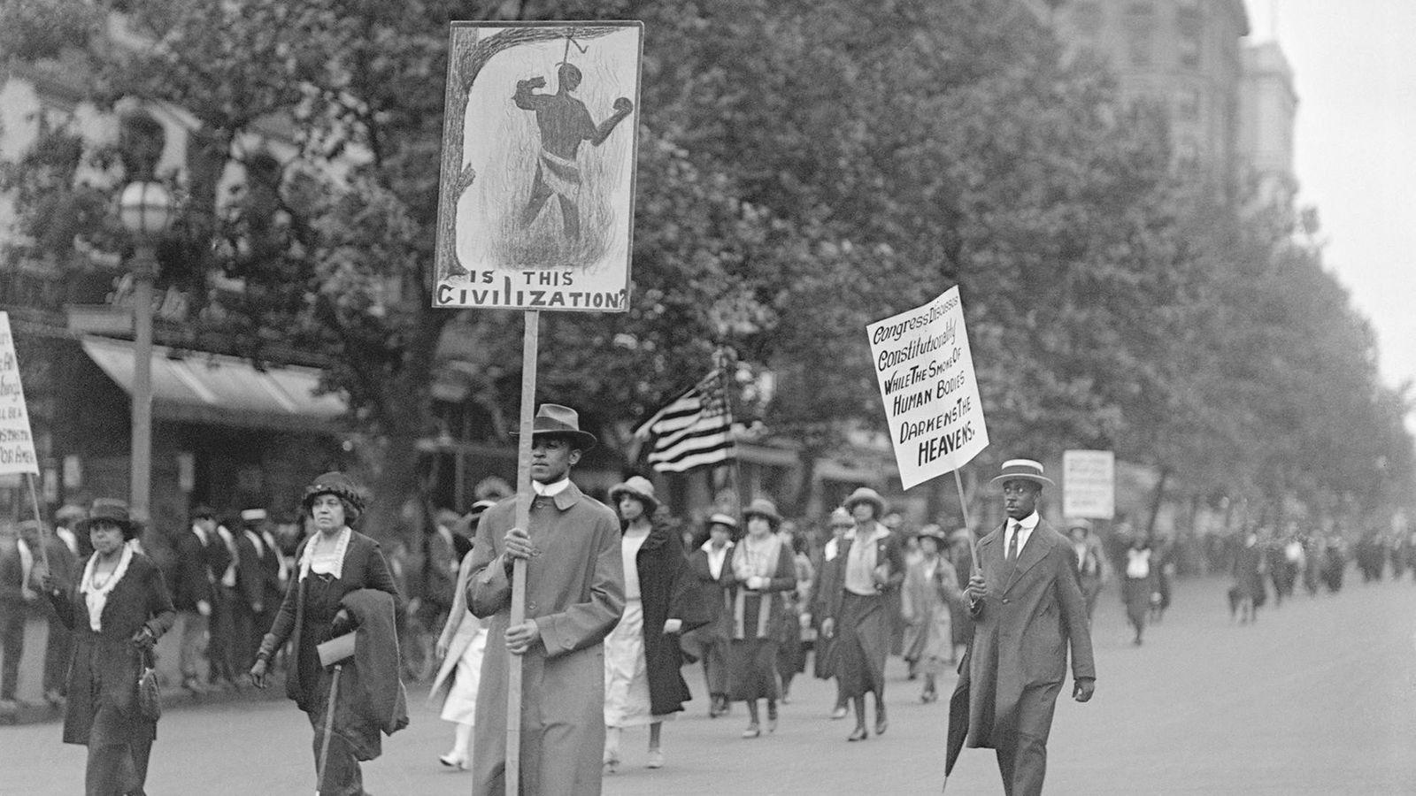 El 24 de junio de 1922, más de 3.000 personas negras marcharon en una protesta silenciosa ...