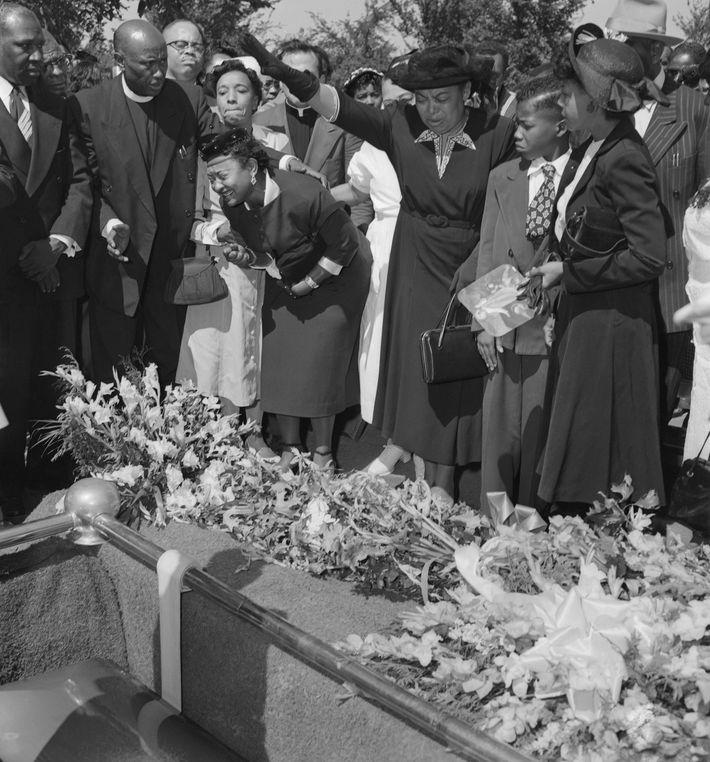 Mamie Till-Mobley llora a su hijo durante el funeral, el 6 de septiembre de 1955 en ...